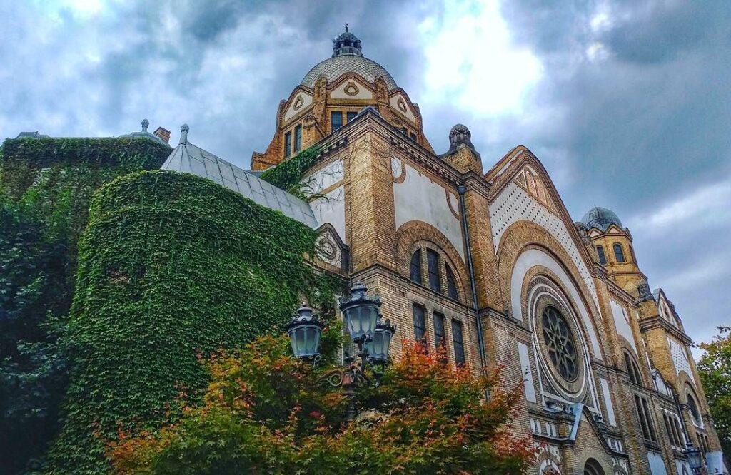 La Sinagoga de Novi Sad, Fuente: @schotzieofficial, Instagram