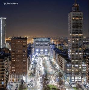 Vista nocturna de la estación y del edificio Pirelli